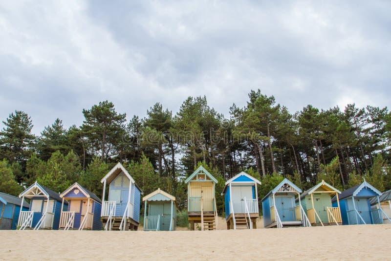 färgglada kojor för strand royaltyfria bilder