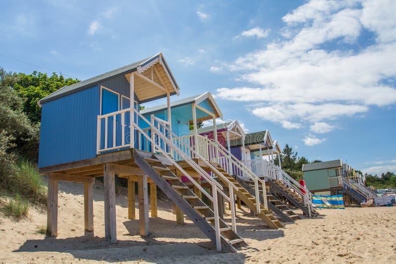 färgglada kojor för strand royaltyfri fotografi