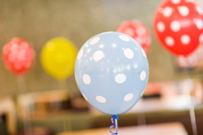 Färgglade ballonger för händelser för födelsedagparti och beröm royaltyfria foton