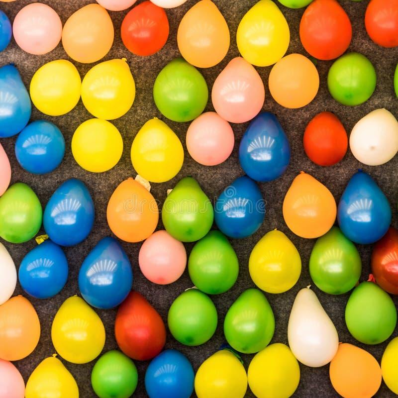 Färgglade ballonger på en vägg för att kasta pilar på en funfair, bakgrundsabstrakt begrepp royaltyfria bilder