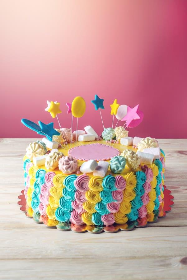 Färgglade barns kaka dekorerade med marshmallower och marängar fotografering för bildbyråer