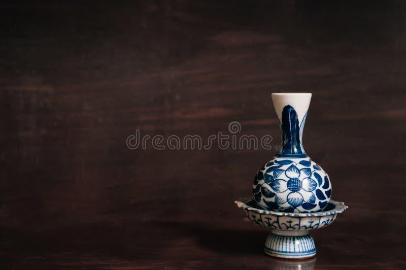 Färgglade blåa sockelmagasin- och vasKina ware, kinesisk porcel royaltyfri foto