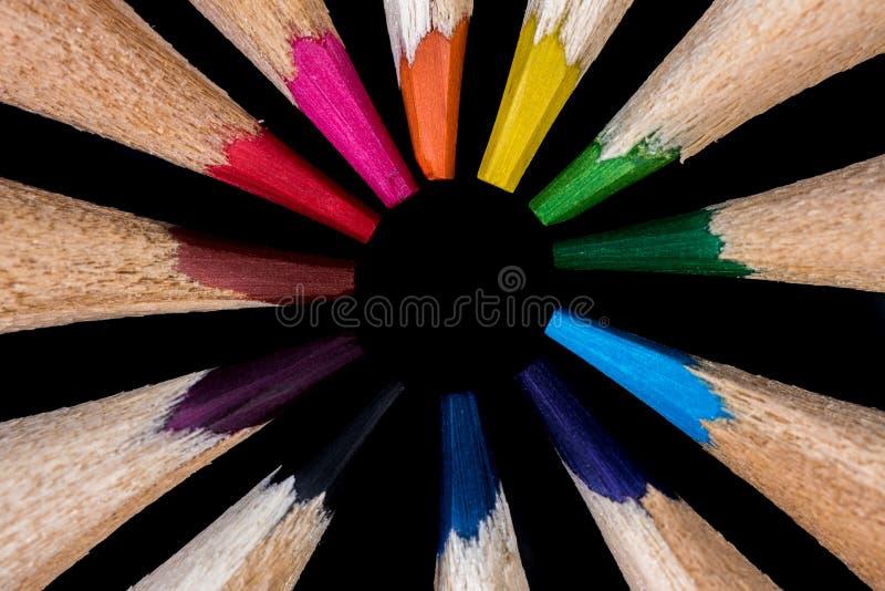 Färgglade blyertspennor i cirkeln arkivfoto