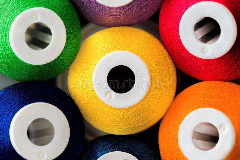 Färgglade bomullstrådar royaltyfria bilder