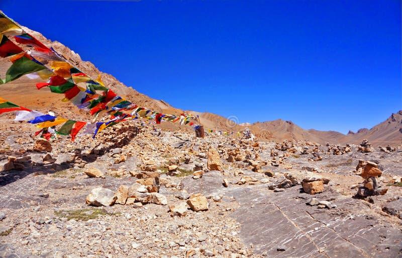 Färgglade buddistflaggor på ett passerande för högt berg royaltyfria foton
