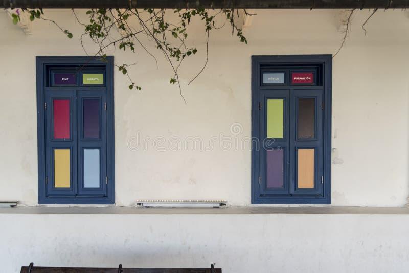 Färgglade dörrar Corredor Artesanal De Casco Antiguo, gammal stad Panama fotografering för bildbyråer