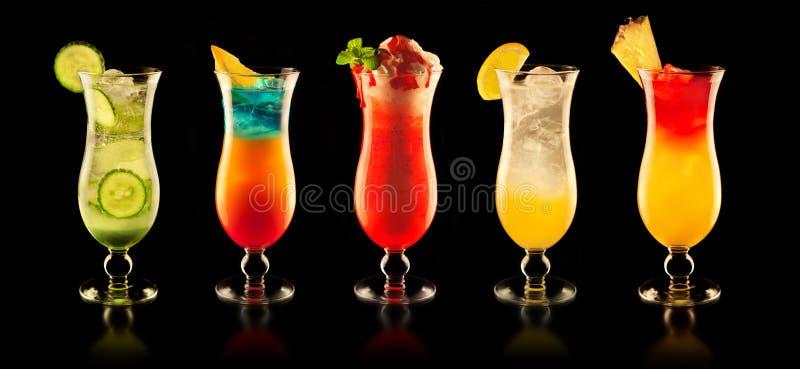 Färgglade drinkar på svart bakgrund fotografering för bildbyråer