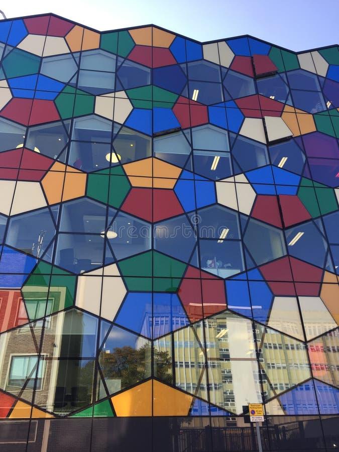 Färgglade exponeringsglasfönster av en kontorsbyggnad royaltyfri bild