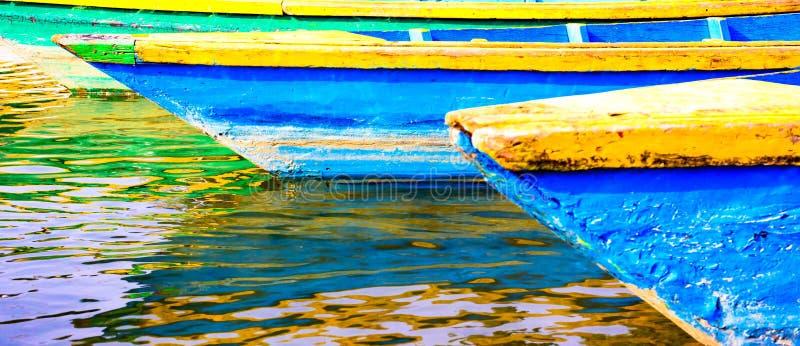 Färgglade fartyg i den Nepal sjön royaltyfri foto