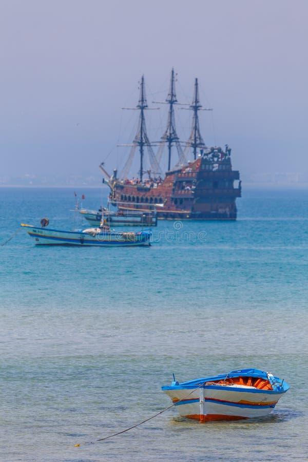 Färgglade fiskebåtar nära Hammamet royaltyfria foton