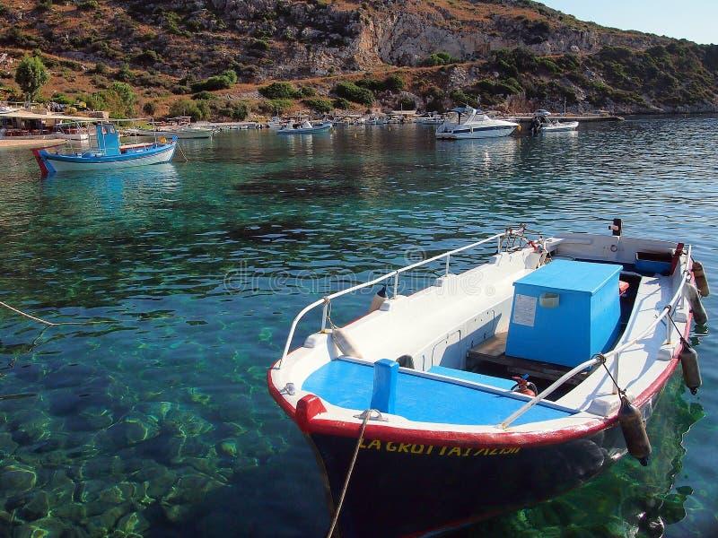 Färgglade fiskebåtar, Zakynthos, Grekland arkivbild