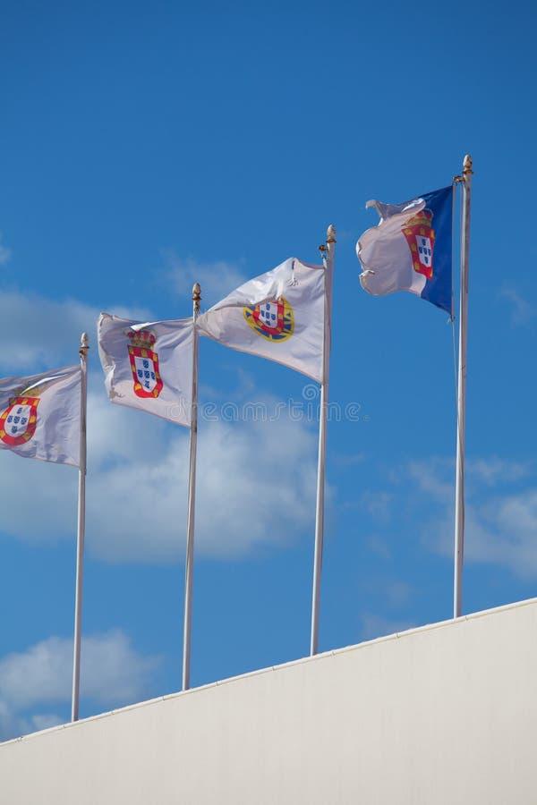 Färgglade flaggor mot den blåa himlen arkivbilder