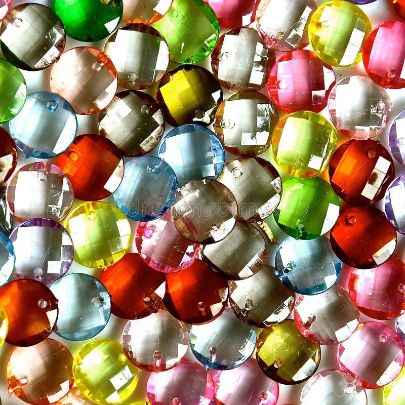 Färgglade genomskinliga runda juvlar royaltyfri foto