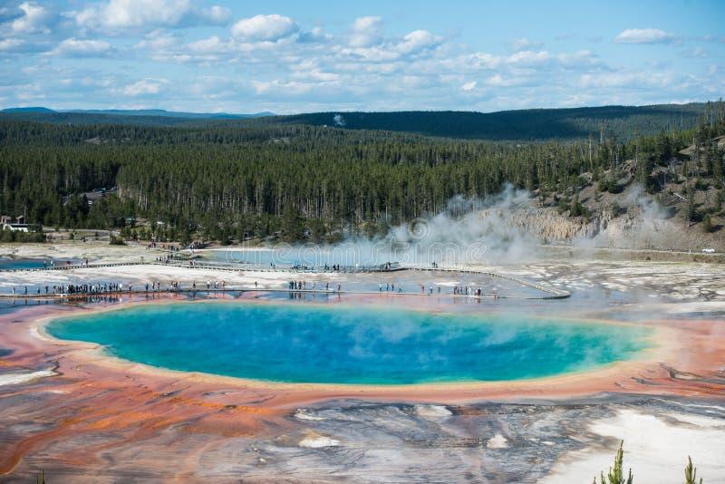 Färgglade geyserskrater i den Yellowstone nationalparken på sommartid royaltyfria bilder