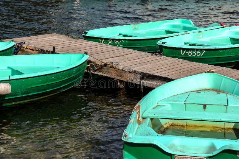 Färgglade gröna fiskebåtar arkivbilder