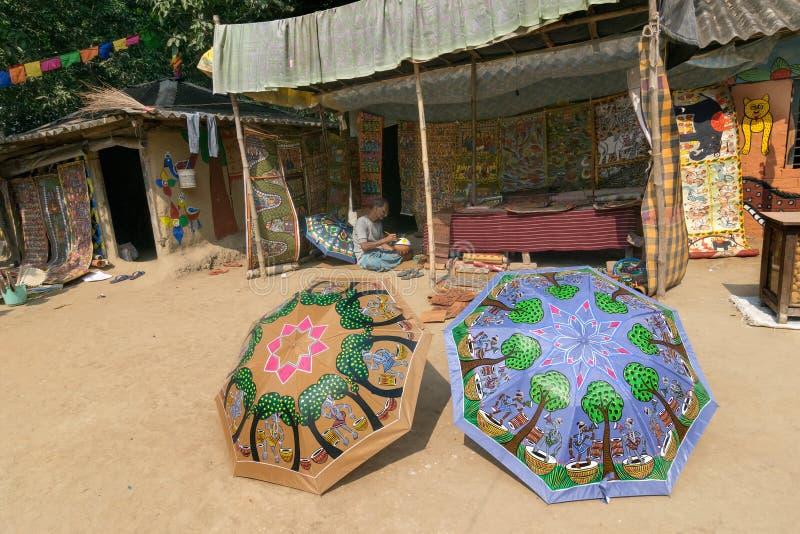 Färgglade hemslöjder är förberett till salu i den Pingla byn, västra Bengal, Indien arkivfoton