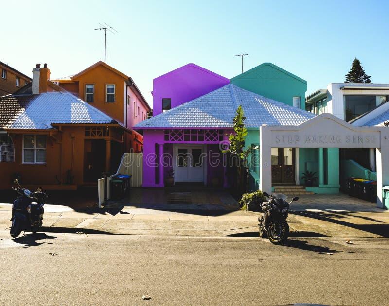 Färgglade hus i sommar royaltyfria foton