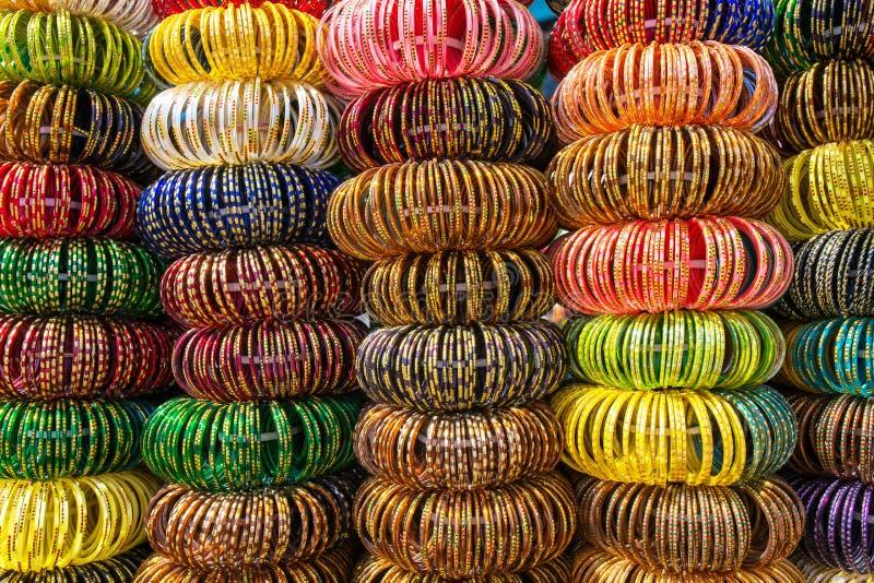 Färgglade indiska handledarmband som staplas i högar royaltyfria bilder