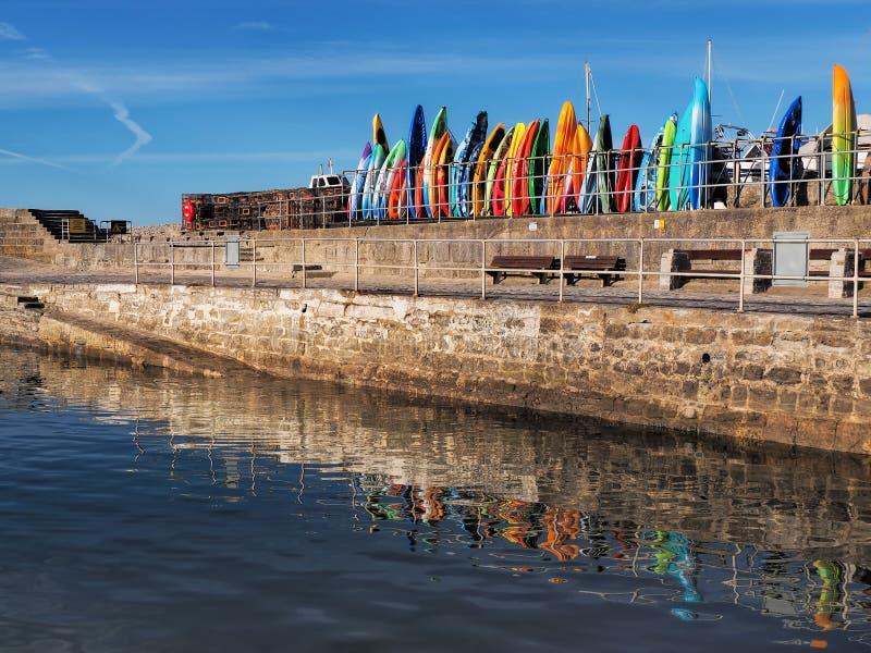 Färgglade kajaker - Lyme Regis Harbour arkivfoto