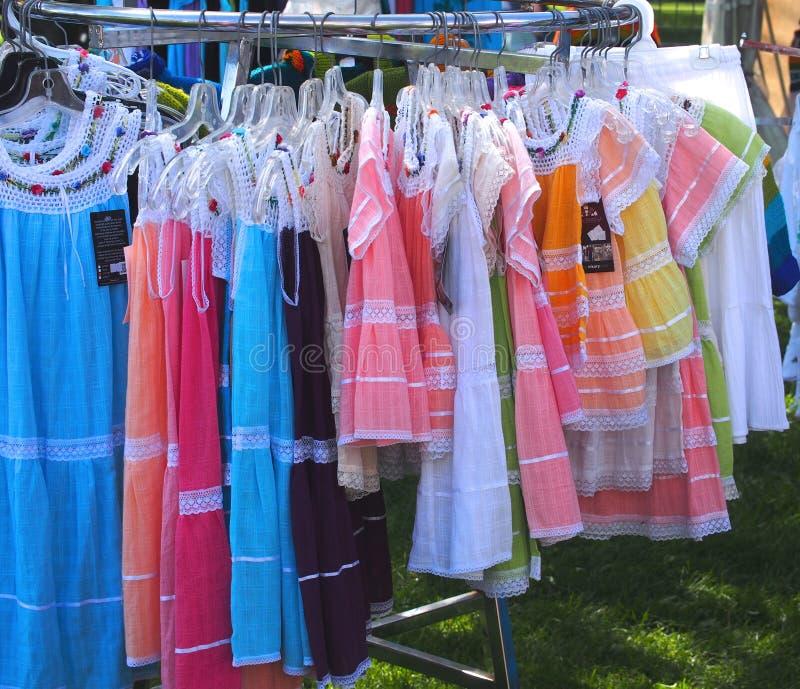 Färgglade klänningar fotografering för bildbyråer