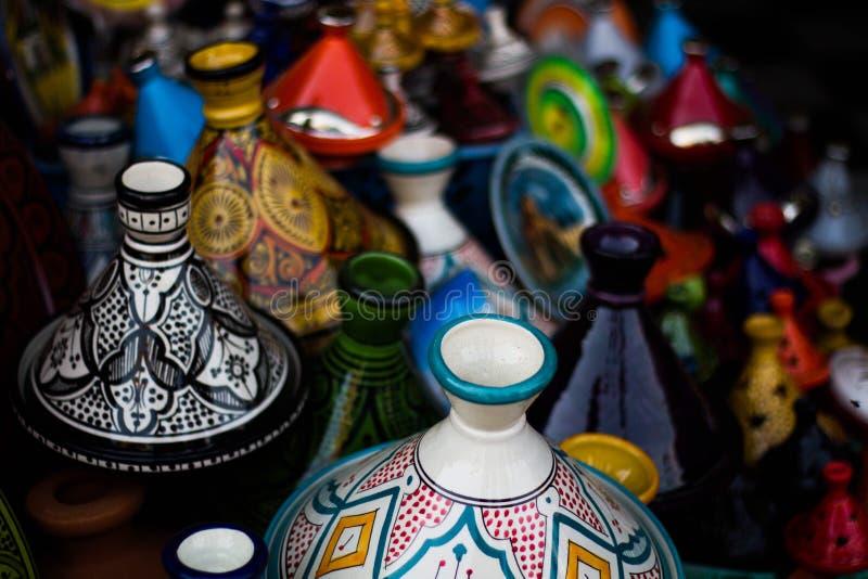 Färgglade krukor i Marrakech arkivfoton