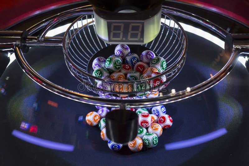 Färgglade lotteribollar i en lottomaskin fotografering för bildbyråer