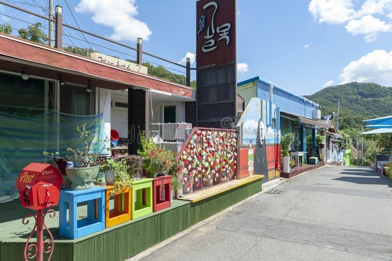 Färgglade målningar och garneringar på väggar och byggnader på Jaman den vägg- byn i Jeonju, Sydkorea arkivfoto
