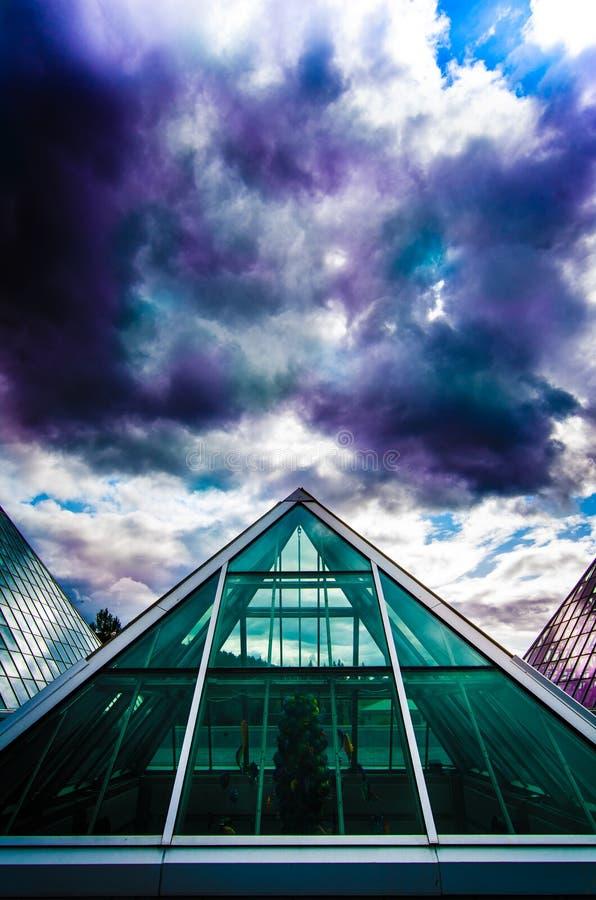 Färgglade moln över den Muttart drivhuset i Edmonton, Alberta, Kanada fotografering för bildbyråer