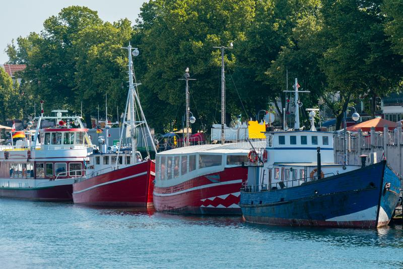 Färgglade motorskepp på den Warnemuende hamnen fotografering för bildbyråer