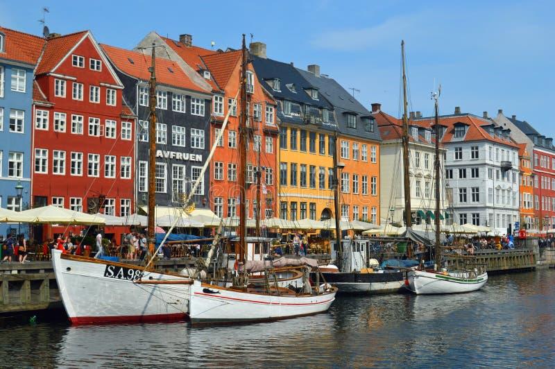 Färgglade Nyhavn och vita fartyg royaltyfria foton