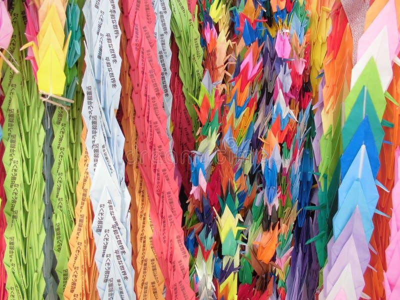 Färgglade pappers- kranar Hiroshima Japan arkivfoton