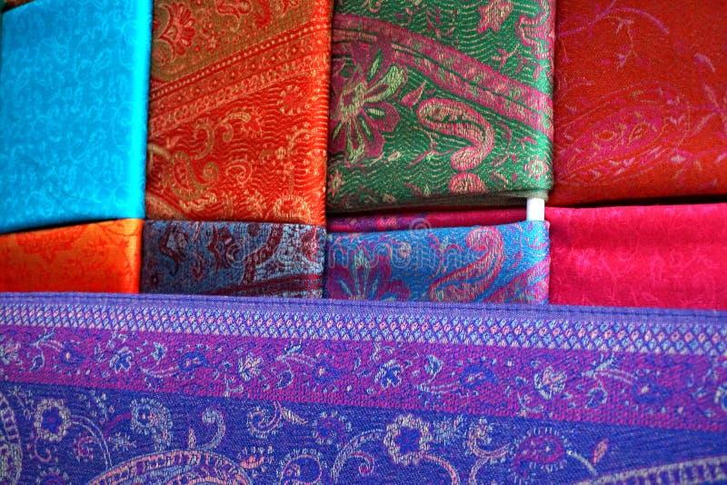 Färgglade siden- scarves för traditionell kines royaltyfri bild