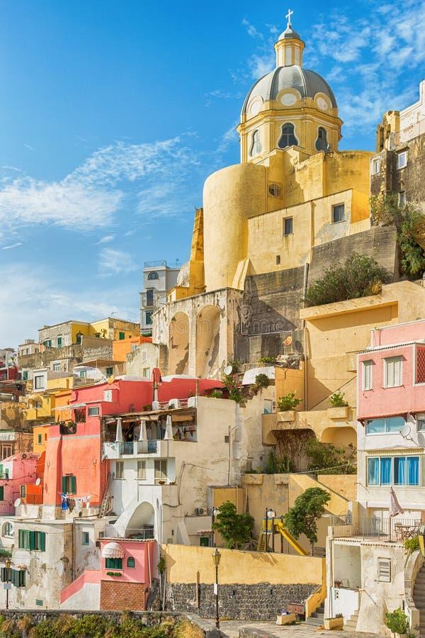 Färgglade tappningbyggnader i Italien arkivfoton