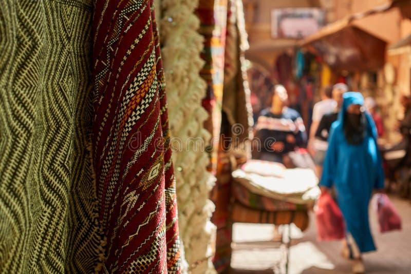 Färgglade textiler som är till salu på gatabasaren i Medina royaltyfri foto