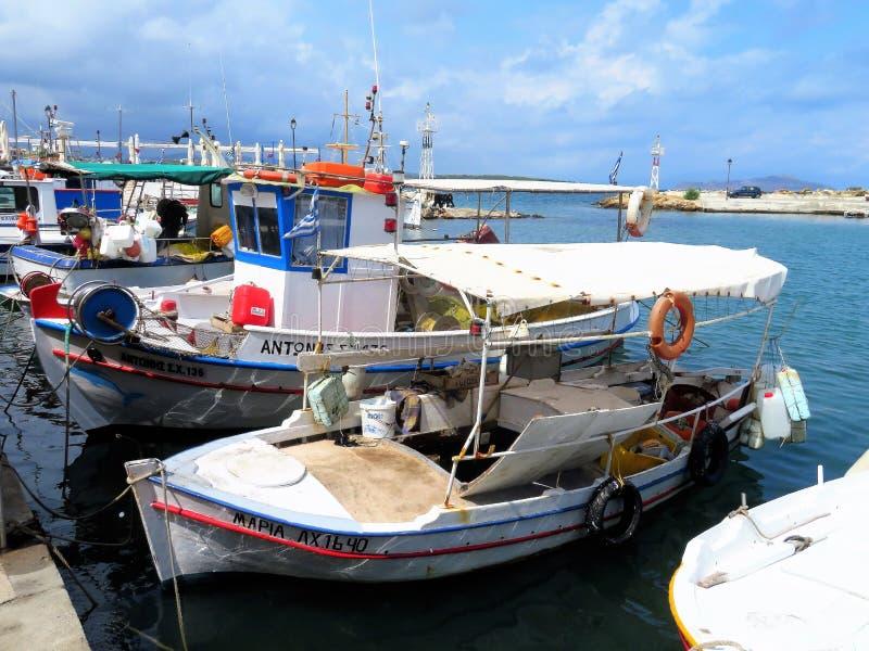 Färgglade traditionella fiskebåtar i den nya hamnen, Chania, Kreta fotografering för bildbyråer