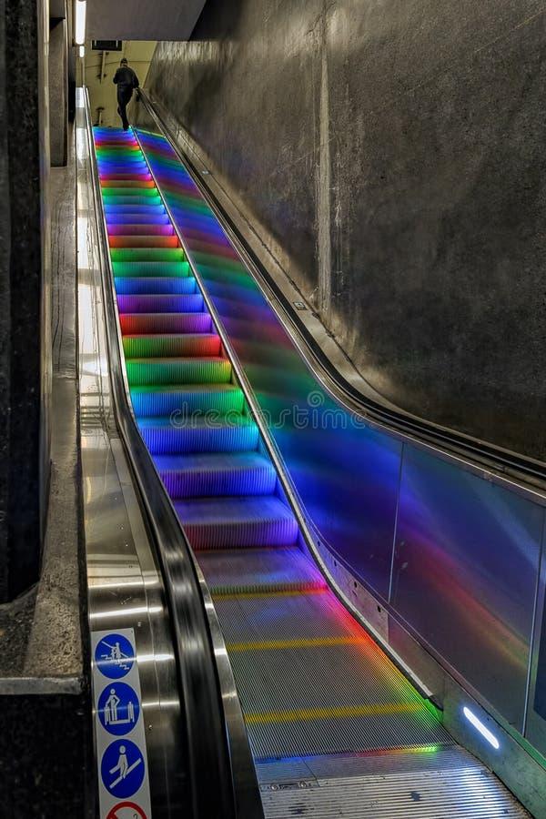 Färgglade upplysta rulltrappamoment i tunnelbanastationen, Stockhol arkivfoto