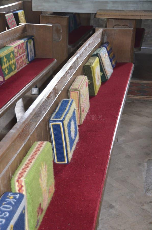 Färgglade virkade kuddar på den Zennor kyrkan, Cornwall royaltyfri bild