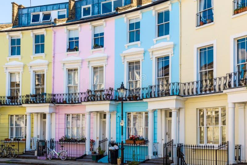 Färgglat engelska terrasserade hus royaltyfri fotografi