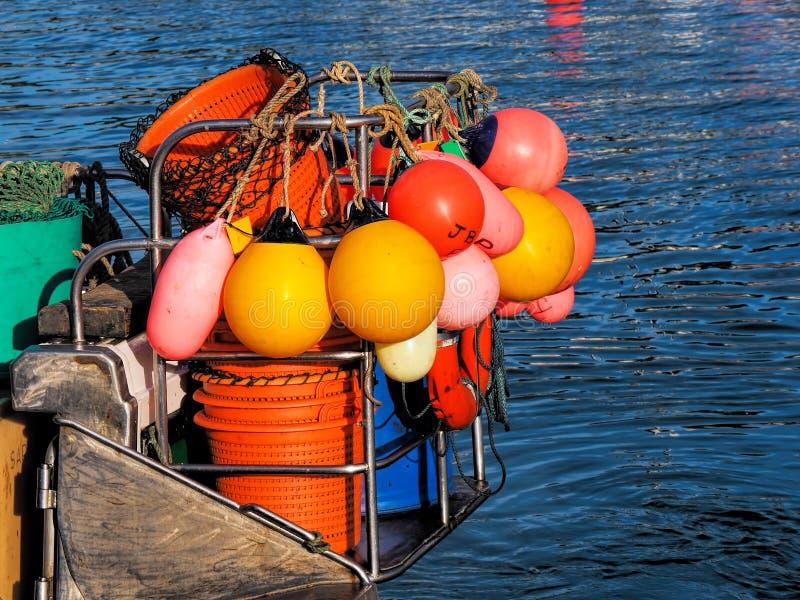 Färgglat fiskekugghjul - Lyme Regis Harbour royaltyfri fotografi