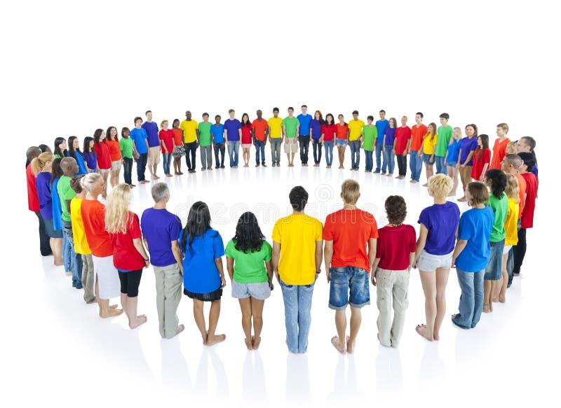 Färgglat folk i en cirkel arkivbild