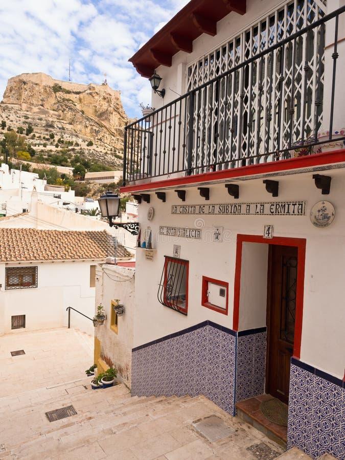 Färgglat gammalt hus i Alicante, Spanien arkivfoton