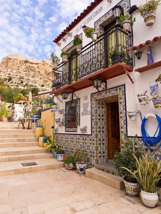 Färgglat gammalt hus i Alicante, Spanien arkivbild