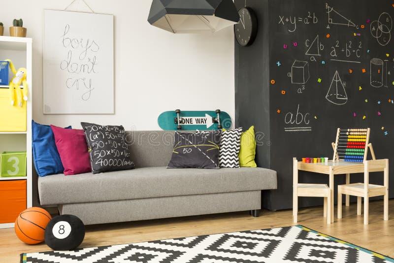 Färgglat rum för unge` s med kulrammet royaltyfri foto