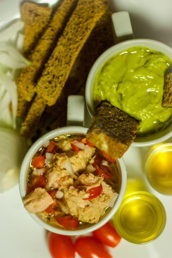 Färgglat sunt foodsavokadodopp, med naturlig olivolja arkivbild