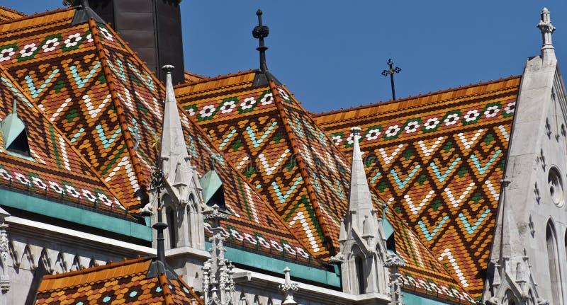 Färgglat tak av den Matthias kyrkan i Budapest arkivfoto