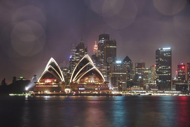 Färgglat upplyst Sydney Opera hus vid ljus på natten med arkivfoto