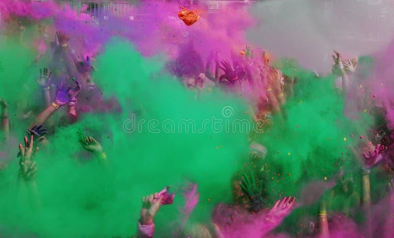 Färgkörningsdamm och händer i luften royaltyfri foto