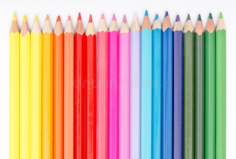 Färgläggningfärgpennor som är ordnade i regnbågelinje arkivfoton