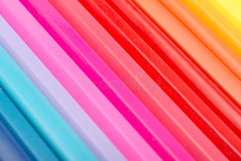 Färgläggningfärgpennor som är ordnade i regnbågelinje royaltyfria bilder