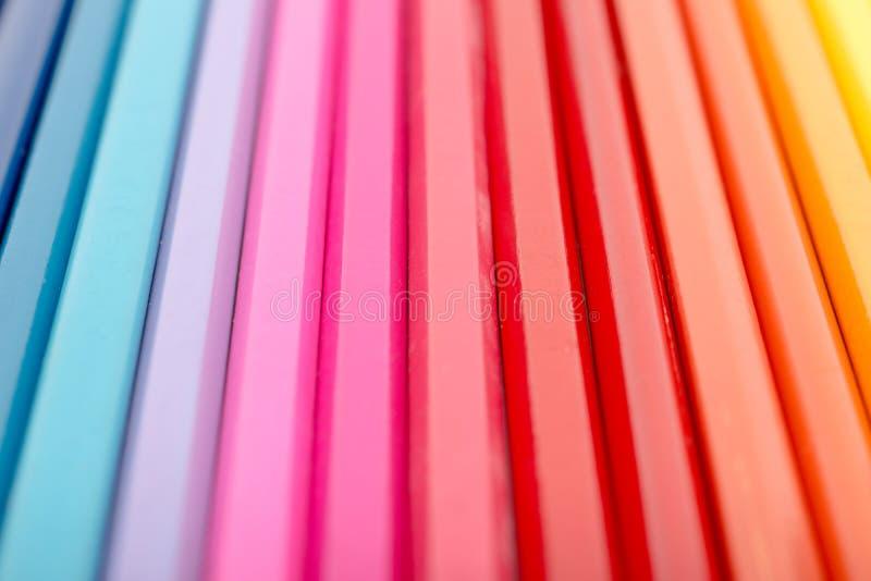 Färgläggningfärgpennor som är ordnade i regnbågelinjen abstrakt begrepp arkivfoto